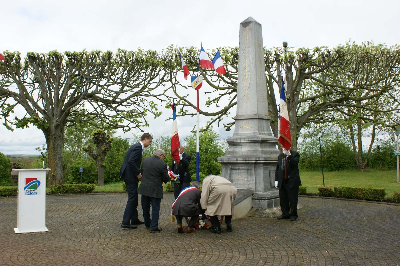 Dépôt de gerbe au monument du 8 mai 2013