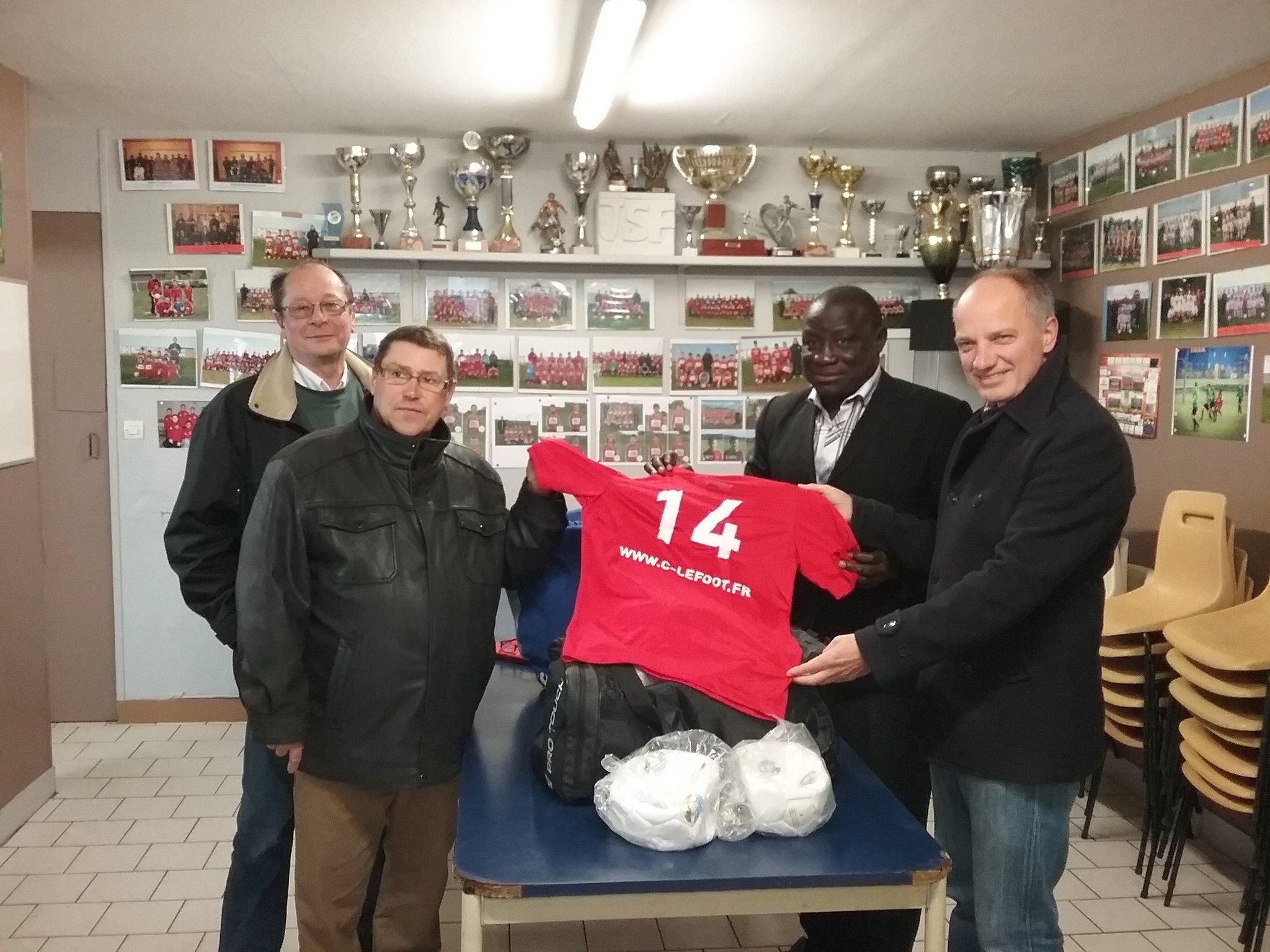 la-remise-de-maillots-et-de-ballons-de-la-jsf-football-au-maire-de-ouonck
